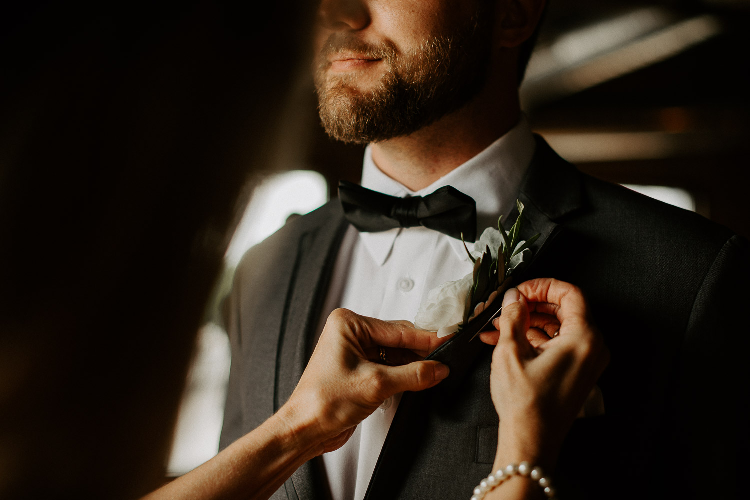 mother of groom pinning boutonnières